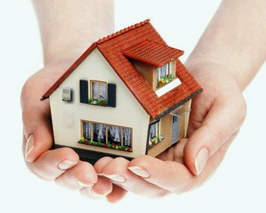 mani di donna che proteggono una casa